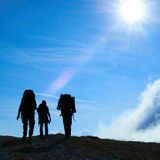 Silhouette of hiking friends Royalty Free Stock Images