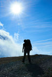 Silhouette of hiking friends Royalty Free Stock Photos