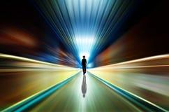 Silhouette i en gångtunneltunnel. Tända på avslutar av tunnelen royaltyfria foton