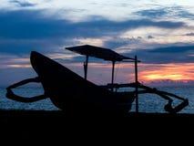 Silhouette indonésienne de bateau au coucher du soleil Photographie stock libre de droits
