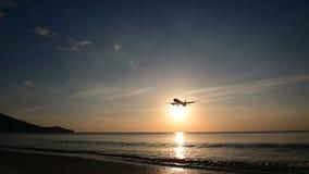 silhouette 4K de l'atterrissage d'avion à l'aéroport avec la vue d'océan banque de vidéos