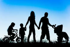 Silhouette of a large family that walks at sunset Royalty Free Stock Photos