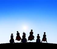 Silhouette le groupe d'enfants jouant des boules Photographie stock libre de droits