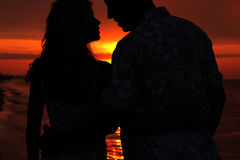 Silhouette of a loving couple at sunset Royalty Free Stock Photos