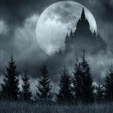 Silhouette magique de château au-dessus de pleine lune la nuit mystérieux Image stock