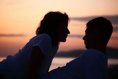 Silhouette man and woman on beach Royalty Free Stock Photos