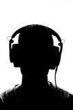 Silhouette masculine avec des écouteurs Photo stock