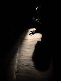 silhouette musulmane de réservation de prière de mosquée d'homme de lumière d'aide d'un dieu de culte photos stock