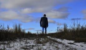 Silhouette mystérieuse foncée marchant loin Image libre de droits