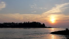 Silhouette noire de l'île contre le ciel égalisant de coucher du soleil avec un chemin ensoleillé dans l'océan, vue de la mer clips vidéos