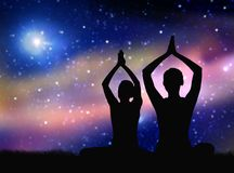 Silhouette noire des couples méditant au-dessus de l'espace Photos stock