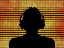 Le DJ dans des écouteurs sur un fond du feu Photographie stock