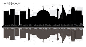 Silhouette noire et blanche d'horizon de ville de Manama avec des réflexions Photos stock