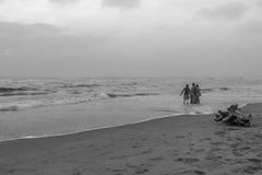 Silhouette noire et blanche du groupe des amis et de la famille ayant le temps paisible et libre Images libres de droits
