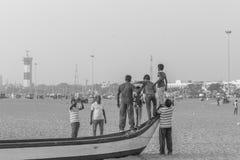 Silhouette noire et blanche du groupe des amis et de la famille ayant le temps paisible et libre Photographie stock