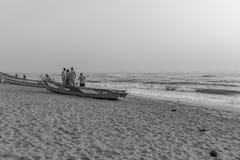 Silhouette noire et blanche du groupe des amis et de la famille ayant le temps paisible et libre Photo libre de droits