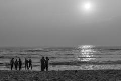 Silhouette noire et blanche du groupe des amis et de la famille ayant le temps paisible et libre Image stock