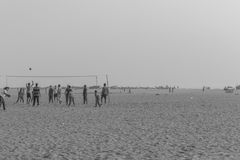 Silhouette noire et blanche du groupe des amis et de la famille ayant le temps paisible et libre Photo stock