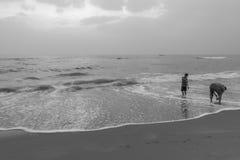 Silhouette noire et blanche du groupe des amis et de la famille ayant le temps paisible et libre Images stock