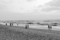 Silhouette noire et blanche du groupe des amis et de la famille ayant le temps paisible et libre Photos stock