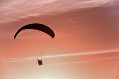 Silhouette of para motor glider Stock Photography