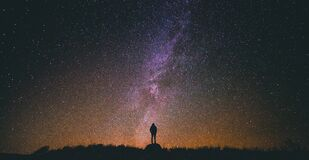 Silhouette of person against starry skies Royalty Free Stock Photos