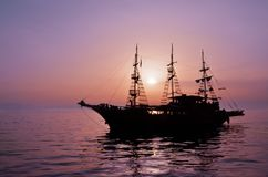 Silhouette of a pirate ship Royalty Free Stock Images