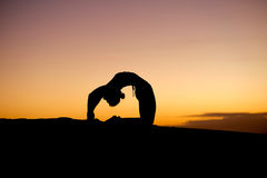 Silhouette principale de yogi sur la plage Photographie stock