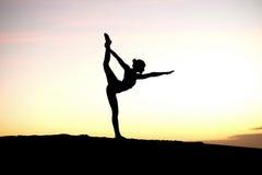 Silhouette principale de yogi sur la plage Images stock