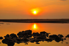 Silhouette rock and sunset at the beach Royalty Free Stock Images