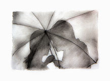 Silhouette romantique de couples Amants femme et homme embrassant sous le parapluie Photographie stock
