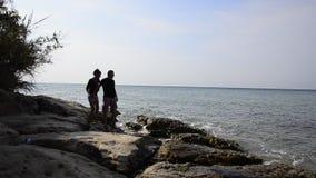 Silhouette romantique de couples de plage d'océan banque de vidéos