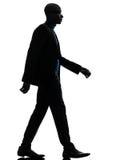 Silhouette sérieuse de marche d'homme de couleur africain Photo libre de droits