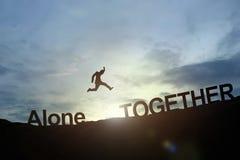 Silhouette seul de saut rougeoyant d'homme d'affaires à ensemble Succes Photographie stock