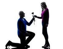 Silhouette supérieure de proposition de séduction d'amour de couples Images stock