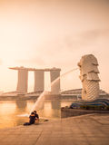 Lovers sat in front of the Merlion Royalty Free Stock Photography