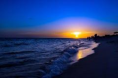 Silhouette sur une plage III de coucher du soleil Photographie stock