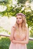 Silhouette tourbillonnant dans le coucher de soleil dans les beaux bois de la jeune mariée dans la robe de pêche avec la dentelle Photographie stock