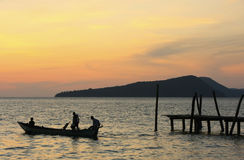 Silhouette of traditional fishing boat at sunrise, Koh Rong isla Stock Photography