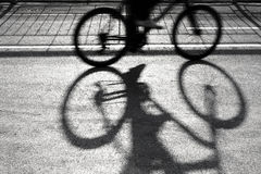 Silhouette trouble et ombre de cycliste Image libre de droits