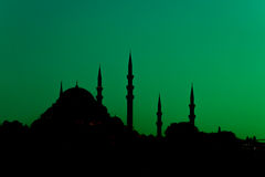 Silhouette turque de mosquée des minarets avec le fond vert de ciel photos stock