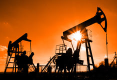 silhouette två för oljepumpar Arkivbilder