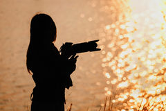 Silhouette of woman photographer Royalty Free Stock Photos