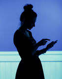 Silhouette  of woman playing the cell phone Royalty Free Stock Photos