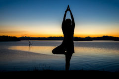 Silhouette a woman playing yoga Royalty Free Stock Photography