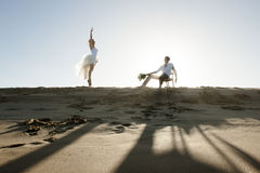 Silhouette of young beautiful couple hanging out together at the beach Royalty Free Stock Photos