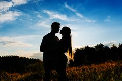 Silhouette of a young couple hugging royalty free stock photos