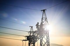 Silhouetteblack manelektroingenjör och elektriska arbetare Fotografering för Bildbyråer