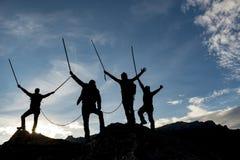 Silhouetted альпинисты на саммите Стоковая Фотография