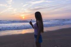 Silhouetted восход солнца пляжа девушки Стоковое Изображение